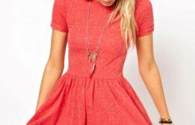 Como combinar un vestido coral que es tendencia