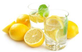 Agua con limón, una tendencia con muchos beneficios