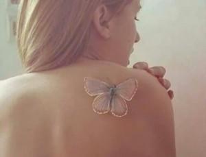 disenos-de-tatuajes-blancos-mariposa-en-el-hombro (1)